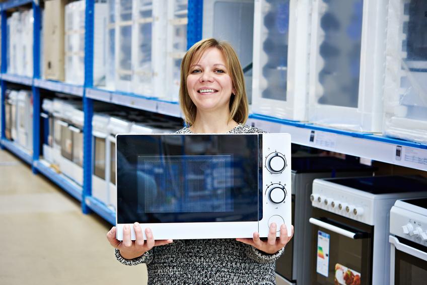 Frau kauft Mikrowelle