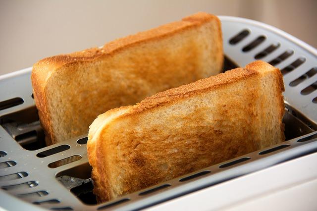 Zwei fertige Toast in Toaster